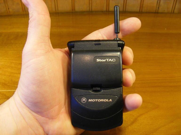 摩托罗拉StarTAC,是第一款翻盖式手机,同时也是第一种被消费者广泛采用的手机,共有6000万部StarTAC被售出。重量仅为约88克,可选用锂离子电池,当时大多数手机都只能使用低容量的NiMH电池,也是第一款推出震动提示功能来作为铃声以外的另一种选择的手机。