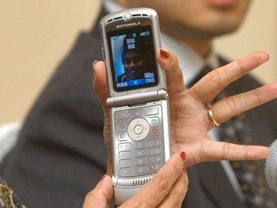 摩托罗拉RAZR,发布于2004年。未来主义的造型是其最令人印象深刻的特性之一,这种翻盖式手机的宽度仅为半英寸,而且薄到能放进裤子后袋的程度。这款手机还很轻,重量仅约96克。最初版的摩托罗拉RAZR仅提供铝合金色,但随后的款式则提供红色和蓝色等金属色。