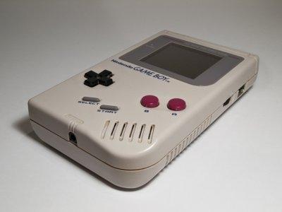 任天堂Game Boy,这款游戏机是在1989年发布的。在首次发布的三年以后,这种游戏机的销售量达到了3200万台以上,为掌上游戏铺平了道路。当时超火爆的一款游戏机,具有一个反射型灰色液晶屏幕,使用可以随时更换的游戏卡带存储游戏,并可以通过通信电缆与其他的GameBoy通信,进行联机对战。
