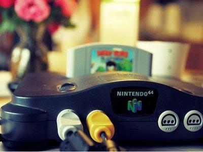 任天堂64,发布于1996年,零售价为199美元(约等于1344元 )。是日本任天堂公司开发的第三代家用电视游戏机,也是人气度极高的超级任天堂的后续版,这种游戏机的特点是拥有一个独特的控制器,而且是与两款游戏同时发布的,即《超级玛丽64》(Super Mario 64)和《飞行俱乐部64》(Pilotwings 64)。