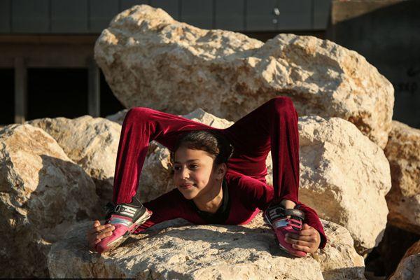 加沙柔术女孩表演超凡柔术 海滩大展身手