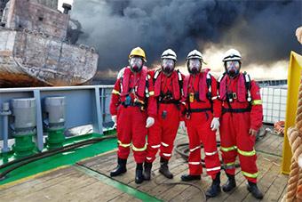 真正的勇士!登上燃烧桑吉船的就是他们!