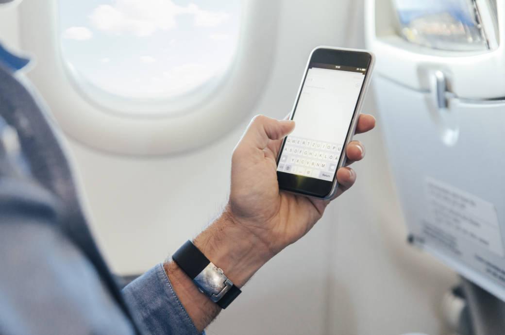 飞机上用手机不是梦 民航局:条件已基本成熟