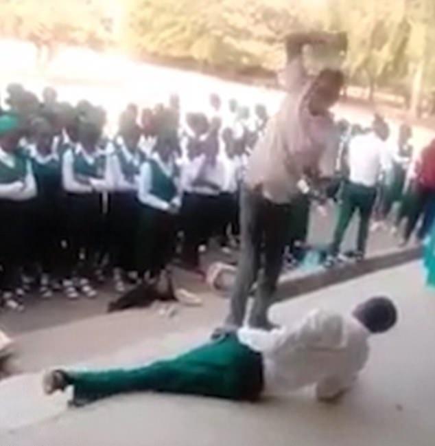 尼日利亚十几名学生排队接受鞭打 未参加开学典礼