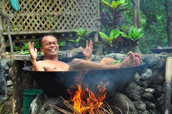 """菲律宾奇葩热水浴! 躺在锅中""""活煮""""自己"""