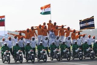 印度举行建军70周年阅兵再现摩托车叠罗汉特技