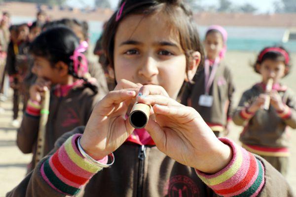印度举行国庆日游行彩排 儿童吹奏乐器谱神曲