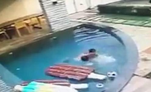 及时!巴西七岁自闭症儿童勇救两岁落水表弟