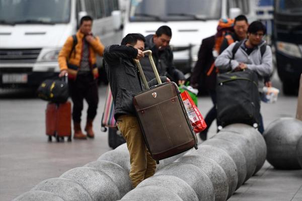 """成都火车站摆""""石球阵"""" 行李只能扛过去"""