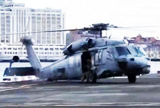美军黑鹰直升机秀甩尾失败把机轮撞掉