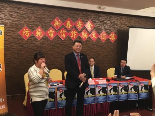 美媒:美华裔女子与骗徒周旋3小时发现汇款矛盾识破骗术