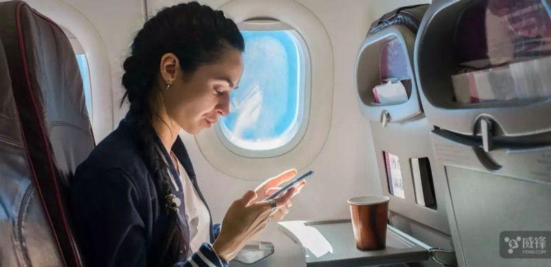 民航局发布新版指南 终于能在飞机上玩手机了