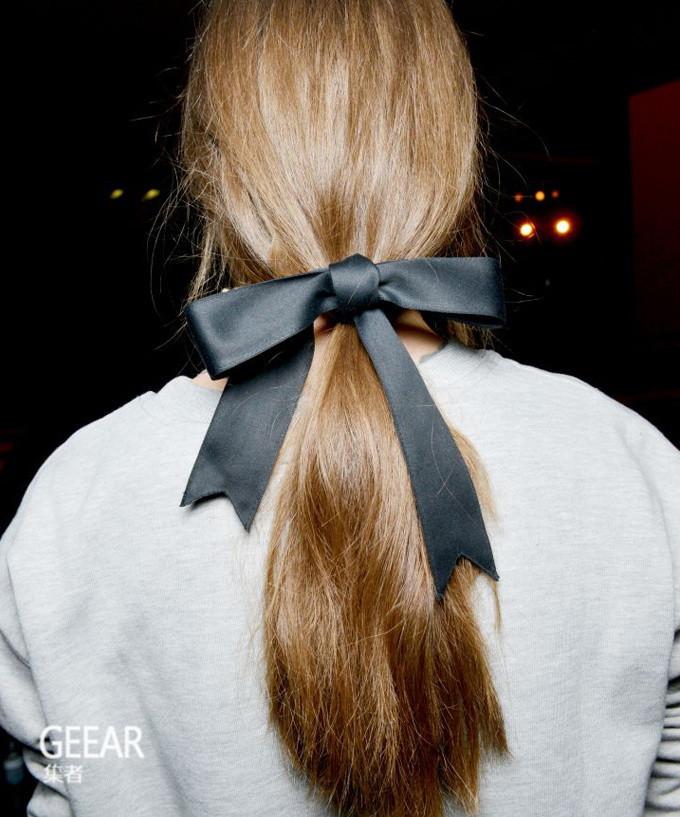 看看明星和T台模特的演绎,如何用蝴蝶结丝带把普通发型点亮!