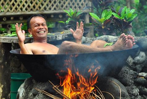 """菲律宾奇葩热水浴  躺在锅中""""活煮""""自己"""