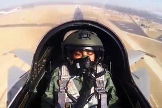 印度女防长乘坐俄制苏30战斗机体验45分钟飞行