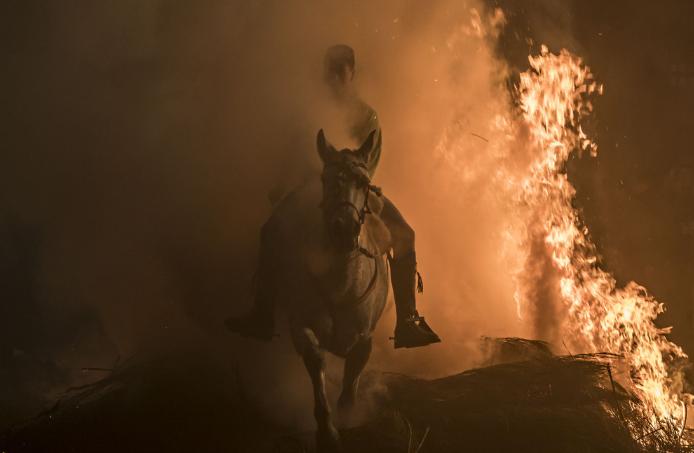西班牙小镇勇士骑马穿篝火庆圣安东尼节