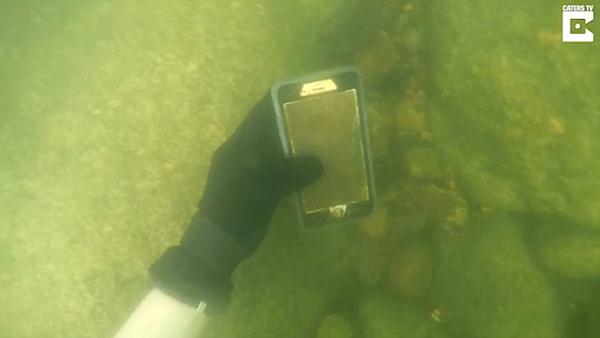 美男子潜水河湖中寻宝 捡到100多部手机