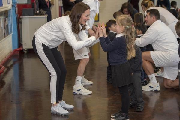 活泼又好动!凯特王妃挺孕肚与儿童互动打网球