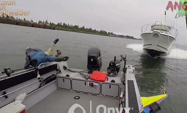 惊险!美高速游艇撞翻渔船 船上三人跳海求生