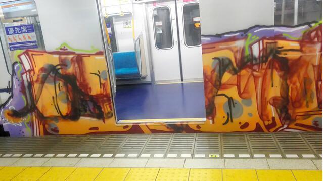 东京地铁竟成秀场!列车遭15米长涂鸦 警方展开调查