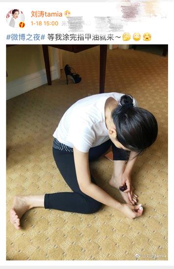 刘涛自己涂指甲油 解锁新技能被赞超接地气