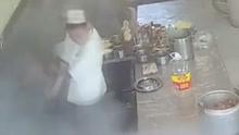厨房高压锅突然爆炸 一男子被当场炸晕倒地