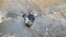 男子骑摩托扎进冰河 身体冻僵身亡