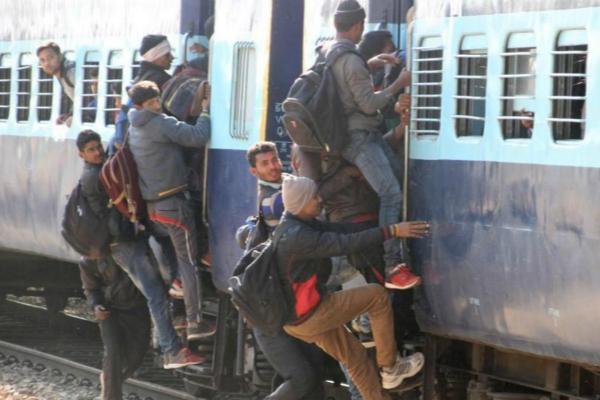 印度青年为逃票劫火车 官方神回应:也许他们缺钱