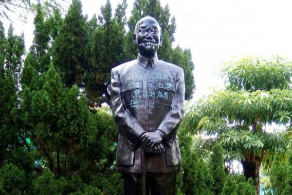 岛内蒋介石铜像再遭恶搞 胸前被涂写: