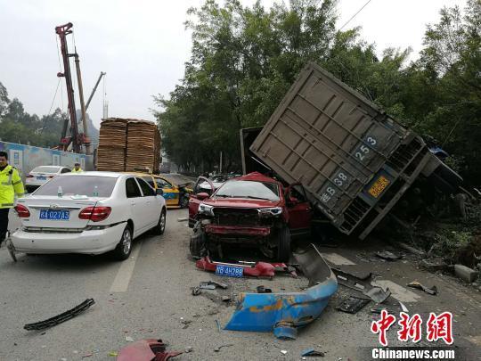 广西一大货车失控连撞5车 致1重伤2轻伤