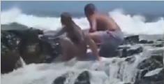 夫妇海边自拍被巨浪掀翻