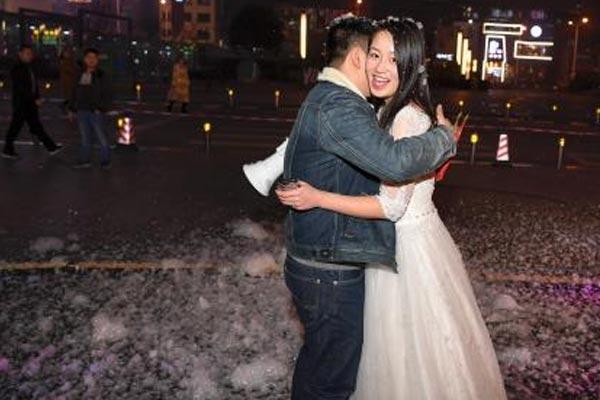 长沙女孩着婚纱造雪向男友求婚成功