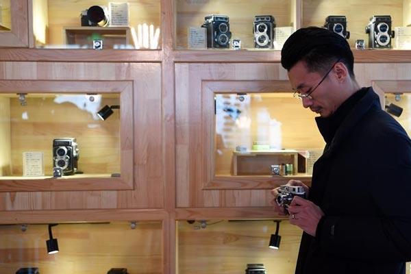 """兰州:80后小伙创办""""咖啡馆式""""老相机博物馆"""