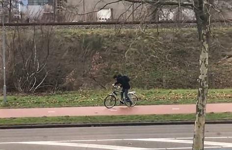 荷兰男子逆风骑行一度被狂风吹得掉转车头