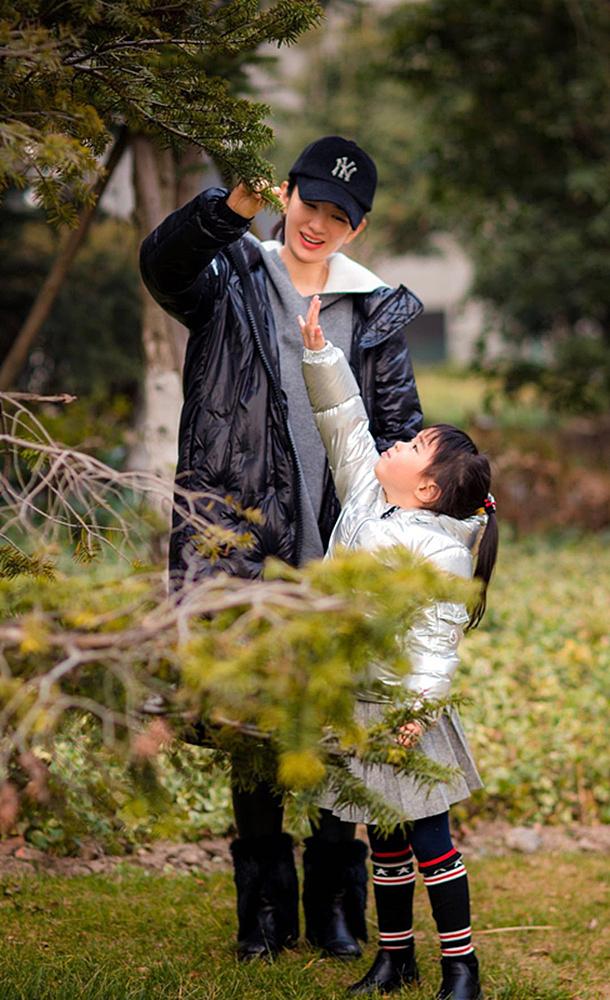 黄奕带女儿街头玩耍 母女牵手温馨有爱