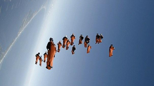 22名翼装爱好者齐聚蓝天 合作变换队形引惊叹