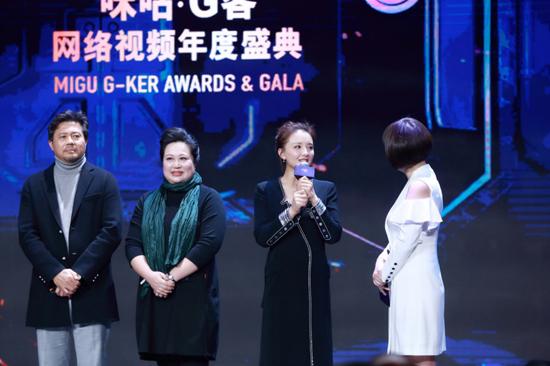 孙茜低领黑裙出席盛典颁奖 笑容甜美优雅大气