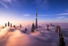 迪拜大楼浓雾中直穿云霄