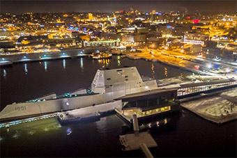 美国最先进驱逐舰夜泊港口场景