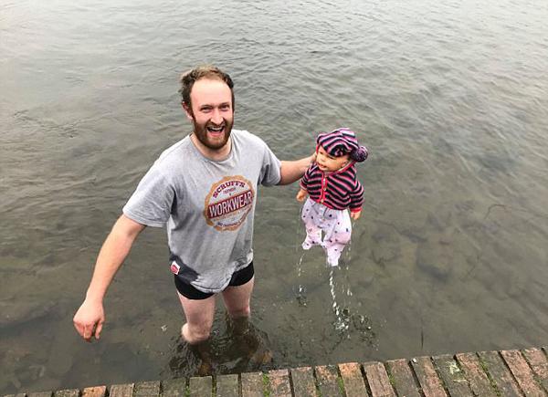 英男子冲入冰冷湖中救出婴儿 发现其竟是玩偶