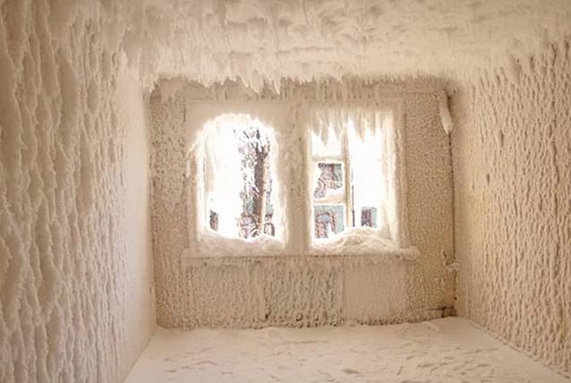 俄罗斯废弃房屋内外被冰雪包裹如冰雪宫殿