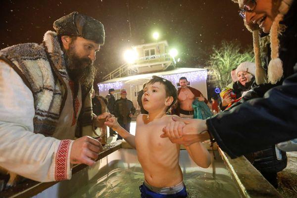 俄罗斯民众不惧严寒冬泳 庆祝东正教主显节