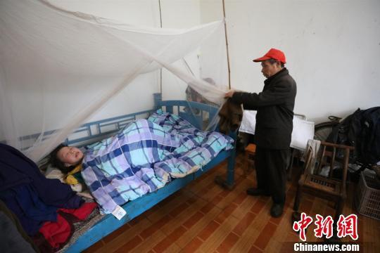 金沙华人娱乐平台:慈父照顾瘫痪女儿20年_每天步行10公里锻炼身体