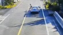 横穿马路遇高速行驶的车 女子快速反应救了自已一命