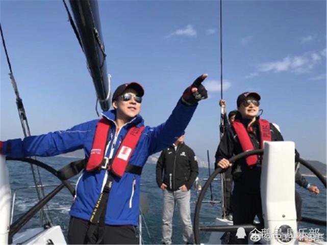 郭晶晶霍启刚一起参加帆船比赛 狗粮撒到海上