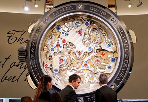 日内瓦国际高级钟表展开幕 名表云集珠光宝气