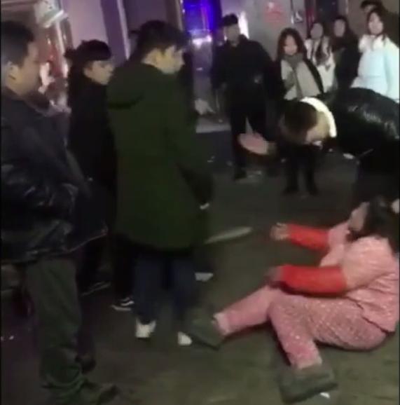 安徽亳州三男一女夜市围殴50岁卖花甲阿姨 扯头发扇耳光