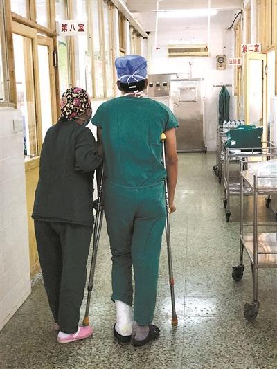 医生拄着拐杖做手术:病人多医生少,能做就做