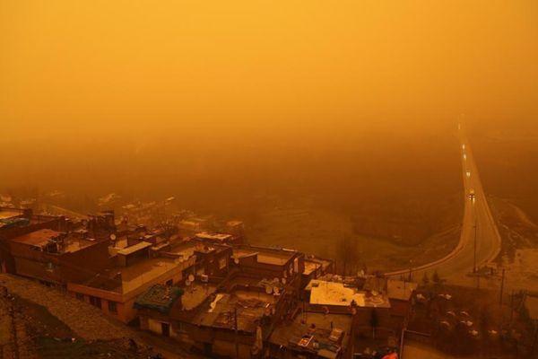 """土耳其遭沙尘暴袭击 天空被""""染成""""黄色"""