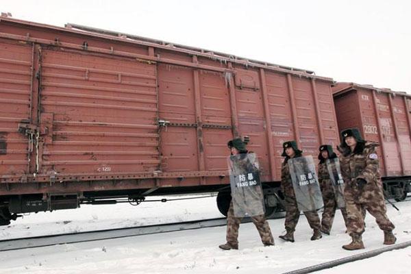 新疆兵团护路民兵寒冬巡逻阿拉山口铁路线